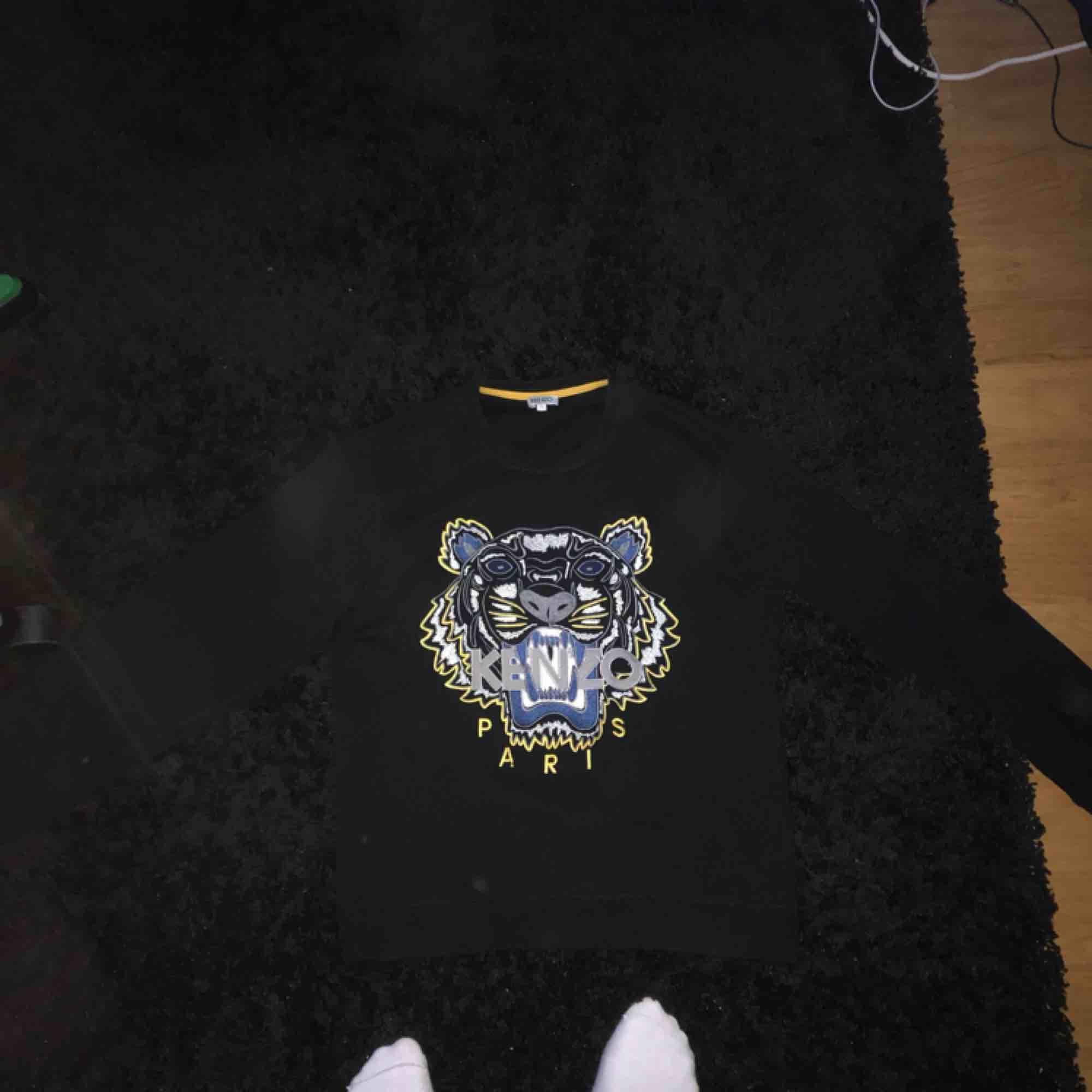 Kenzo Sweatshirt Skick: 8/10  Första bilden blev konstig pga ljuset. Fraktar. . Tröjor & Koftor.