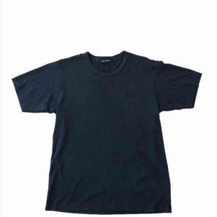 Acne Studios T-shirt Skick: 7/10 lite urtvättad och litet millimeter hål.