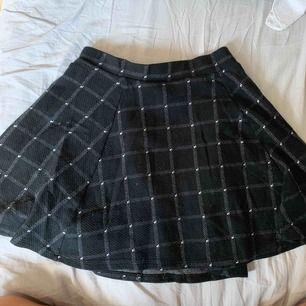 Bekväm rutig kjol från hm och bra skick!