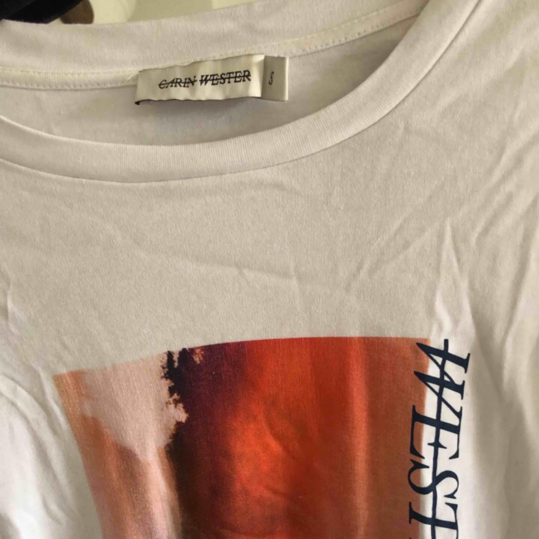 T-shirt dem Carin Wester. Som ny använd en gång. Blusar.