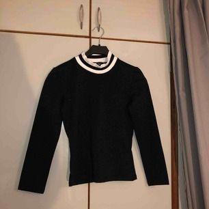 En långärmad svart glittrig tröja från monki strl XS. Aldrig använd och jättefint skick. Köparen står för frakt puss💖💖