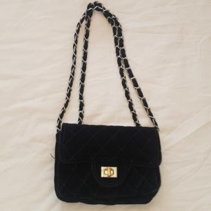 En svart väska köpt på Ur&Penn  Nypris:150kr Priset kan diskuteras💖