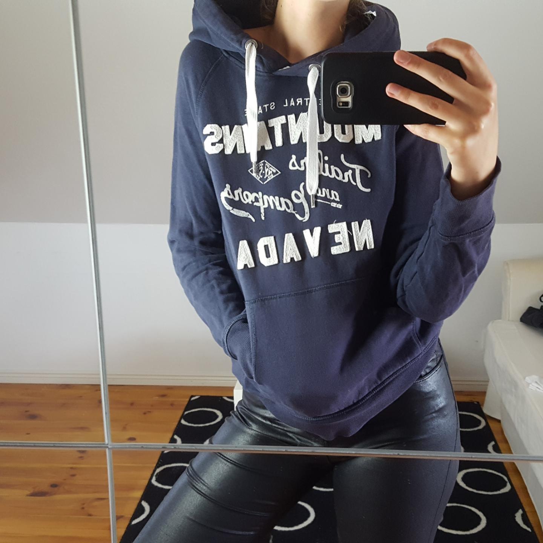 Marinblå hoodie från H&M. Kattägare. Köparen står för frakten 🌻. Tröjor & Koftor.