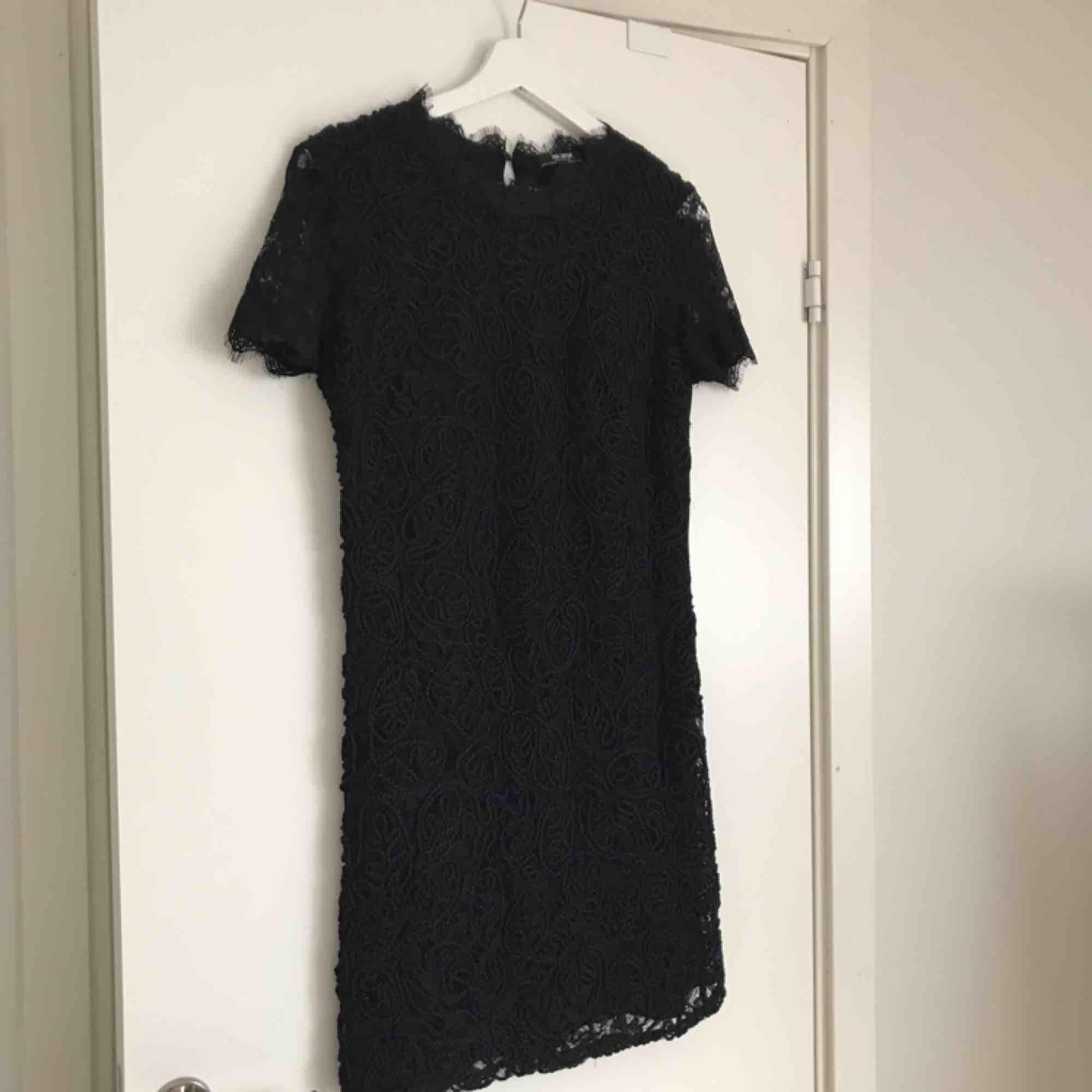 Superfin klänning från Zara i strl S. Knäpps i nacken. Helt oanvänd då den är för liten för mig! 🌸. Klänningar.