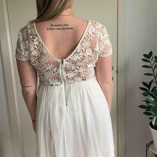 Fin vit klänning från Vila. Perfekt för student eller avslutning. Använd 1 gång. Storlek L. Frakt tillkommer, kan mötas upp i Västerås.