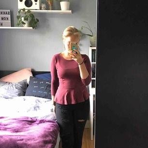 En fin vinröd tröja från bikbok i M, säljer för att den inte kommer till användning längre