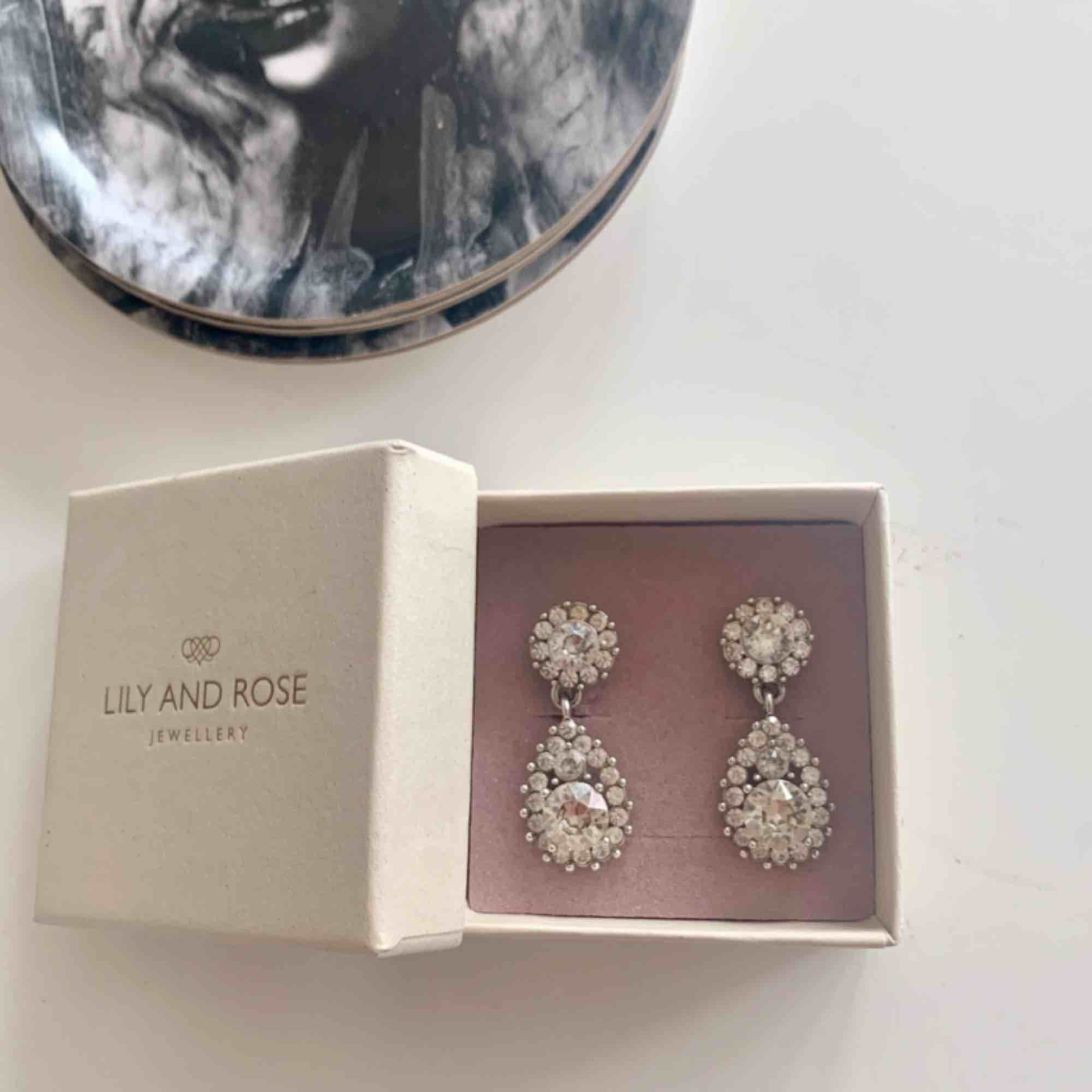 Silvriga Lily and Rose örhängen som knappt är använda. De är 3,5 cm långa och orginalpris är 495kr. Frakten ligger på 9 kr. Accessoarer.