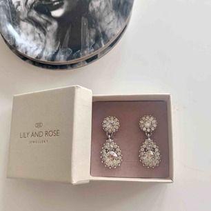 Silvriga Lily and Rose örhängen som knappt är använda. De är 3,5 cm långa och orginalpris är 495kr. Frakten ligger på 9 kr