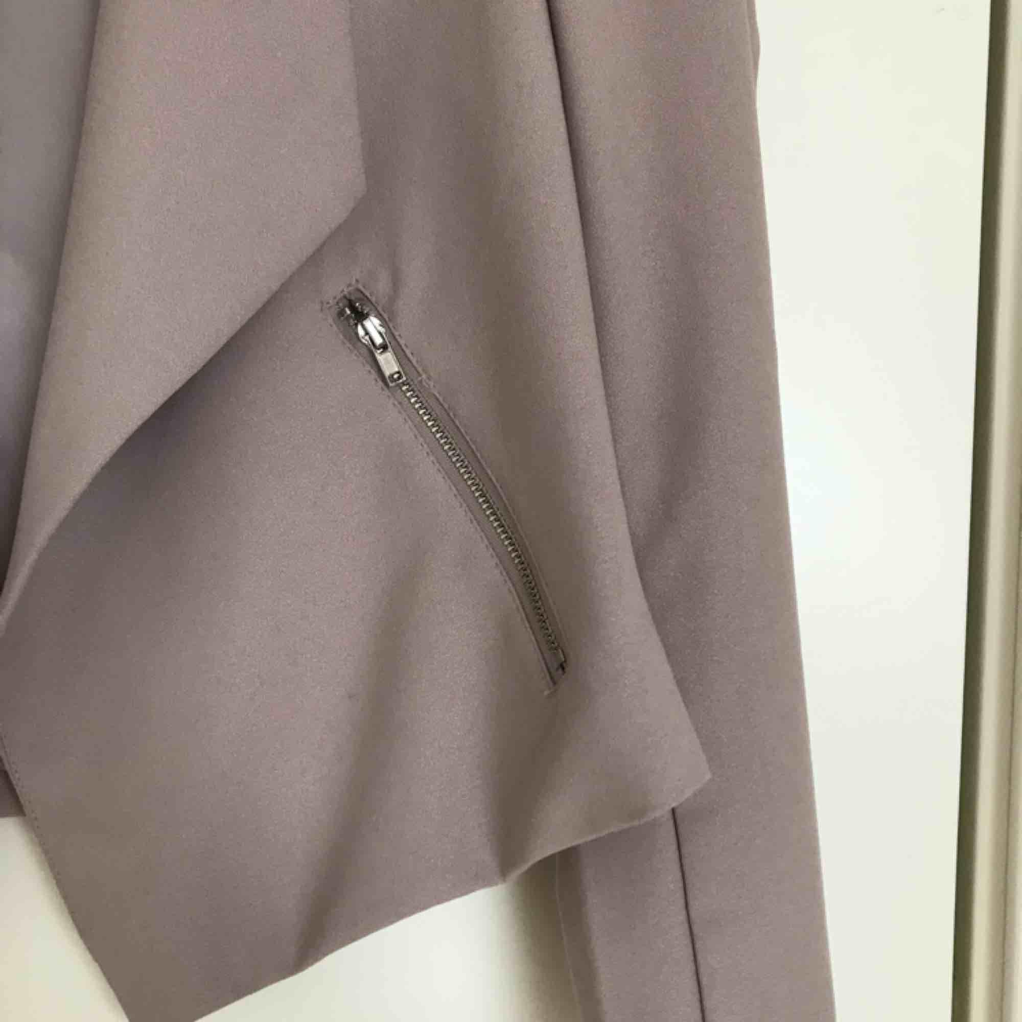 Superfin blazer från H&M, använd 1-2 gånger 🌺. Jackor.