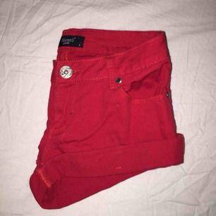 Röda shorts från Sisters point i storlek S Köpta för: 299kr Pris kan diskuteras  —————————————————— 📍 Möter endast upp i & runt Uppsala 📦 Köparen står för frakt!