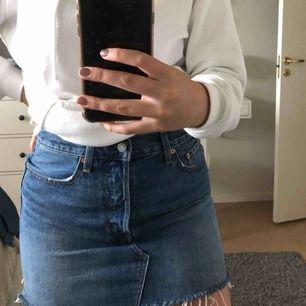 Levis kjol i storlek 29. Använd 2 gånger.