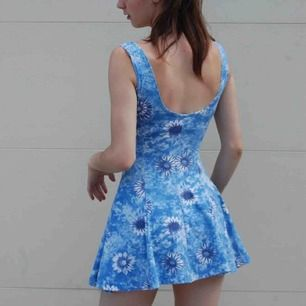 Klänning i blått med blommor och volangkjol