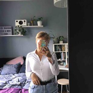 """En supersnygg vit skjorta från H&M, den är """"V-ringad"""" (går inte att knäppa hela vägen upp), den är superstretchig och figursydd så den lägger sig väldigt fint på. Säljer då den tyvärr blivit för liten."""