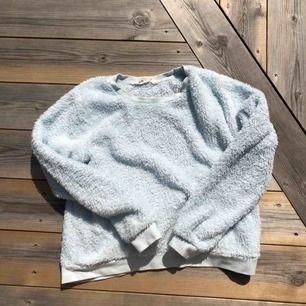 Skitfin mysig (lite stickig pga glittertråd i tyget) tröja från H&M barn strl 146/152. Passar mig med storlek xs men en aning liten i armarna. Frakt tillkommer!🦋