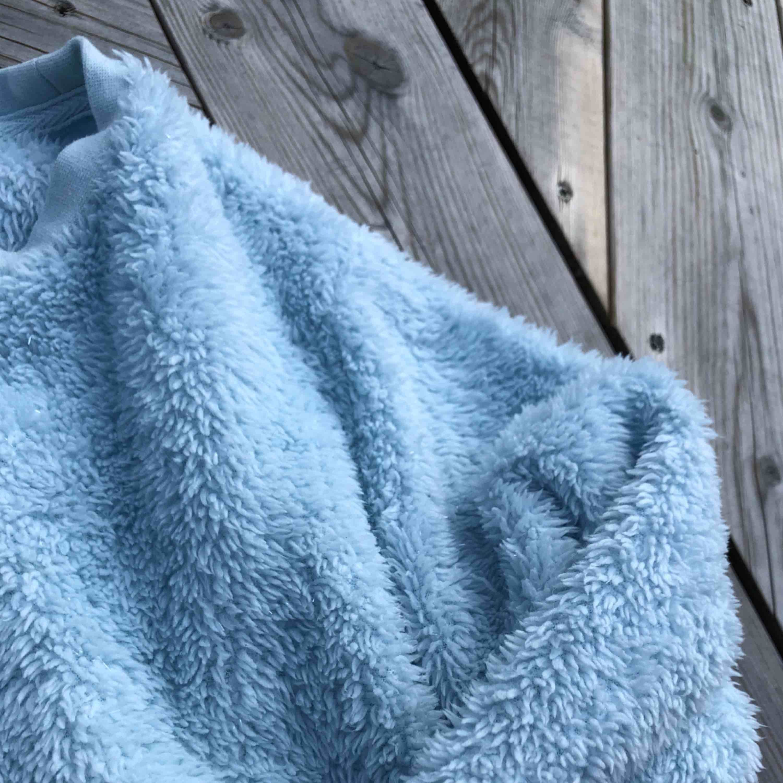 Skitfin mysig (lite stickig pga glittertråd i tyget) tröja från H&M barn strl 146/152. Passar mig med storlek xs men en aning liten i armarna. Frakt tillkommer!🦋. Tröjor & Koftor.