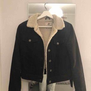 En svart Manchester jacka med ull inuti från pull&bear, bra skick, sparsamt använd. Säljer pga för liten. Storlek XS. Köparen står för frakt😊