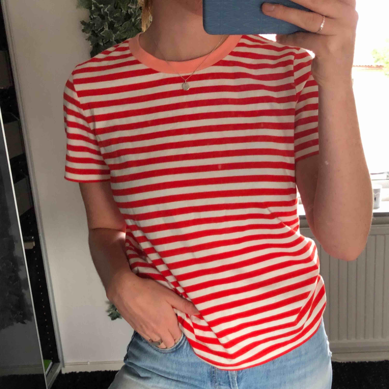 En Vit och röd randig T shirt från And Other Stories i storlek 38!  Finns fortfarande på hemsidan och min är precis som ny endast använd 1 gång !!   Köparen står för frakten <3   . T-shirts.