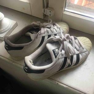 Rätt slitna skor så säljer billigt , men fortfarande snygga