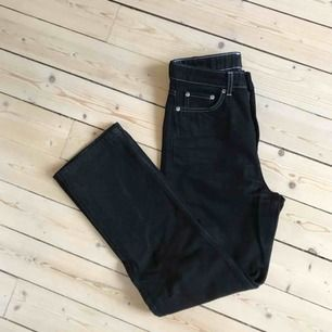 Row jeans från Weekday, svarta med vita sömmar. Stl 26/30. Helt slutsålda online. Fint skick.