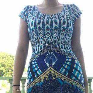 En tajt klänning med mönster, tunn och skön på sommaren. Säljer då den inte är min stil