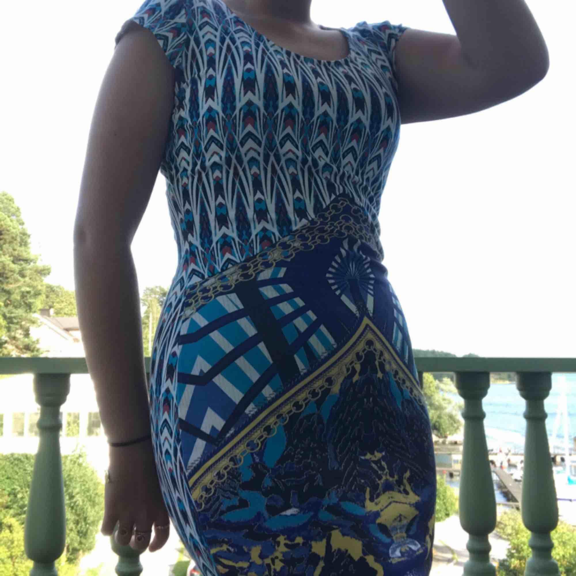 En tajt klänning med mönster, tunn och skön på sommaren. Säljer då den inte är min stil. Klänningar.