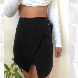 Svart fin kjol med band i midjan som man kan spänna åt.🥰 frakt tillkommer