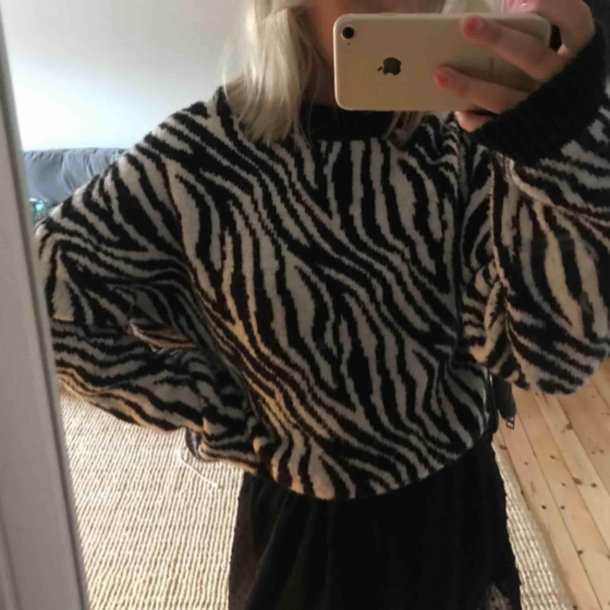 Säljer en supermysig zebramönstrad stickad tröja från stradivarius som passar perfekt till hösten! Många är intresserade just nu så det är bara att buda! :). Stickat.