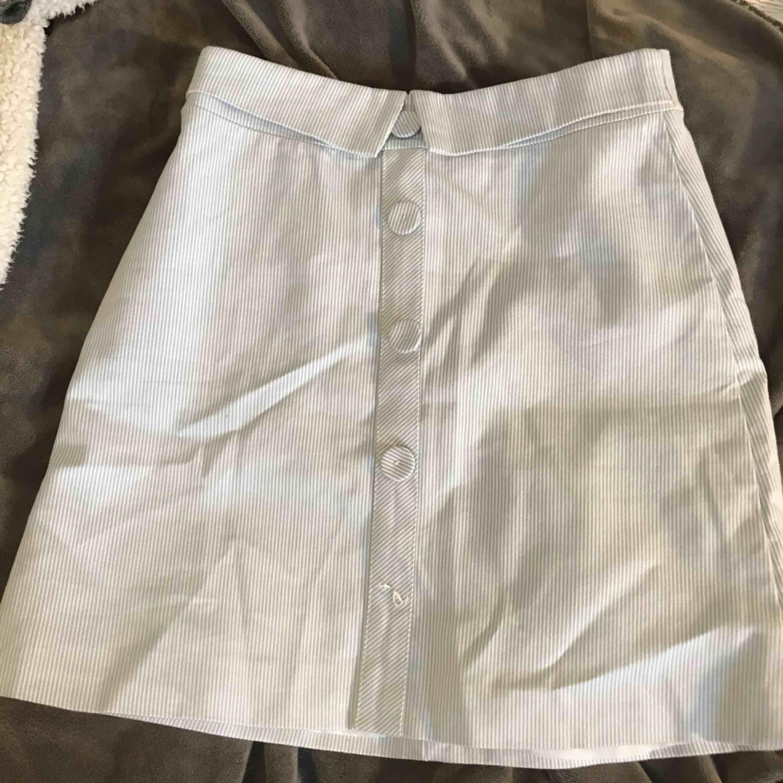 Jättesöt ljusblå/vit randig kjol i storlek S, den är för liten för mig så skulle nog säga att det är en XS. Köparen står för frakt☺️. Kjolar.