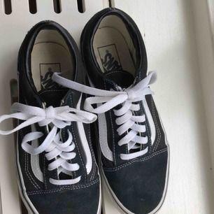 Väldigt fina vans skor, använd ett fåtal gånger och är i väldigt fint skick, säljer för 200 kr ink frakt. Nypris : 499 kr