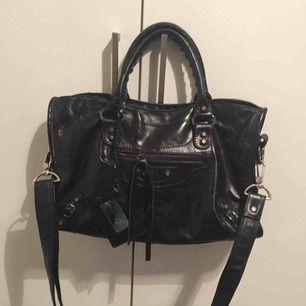 Balenciaga inspirerad väska. Alla straps och spegel är med samt lädret känns som äkta. I nyskick