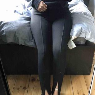 Ett par tjockare tajts från H&M, dem har en rand mitt på benet och dragskedjor längst ner vid foten. Supersköna och snygga att ha tillsammans med t.ex en hoodien. Jag skulle säga att dem snarare är en storlek M