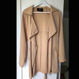 Fin brun/beige kappa ifrån bikbok, säljer pga av ingen användning för kappor nästan