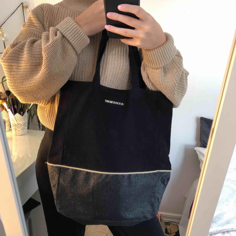 (äkta) vs väska i mycket bra skick! passar perfekt till skolan eller till playan☀️ köparen står för frakt!! (+40kr). Väskor.