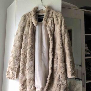 Mysig beige pälsjacka ifrån vero Moda, i en längre modell. Super fin och använd 1 gång, 250 kr ink frakt, nypris : 599 kr