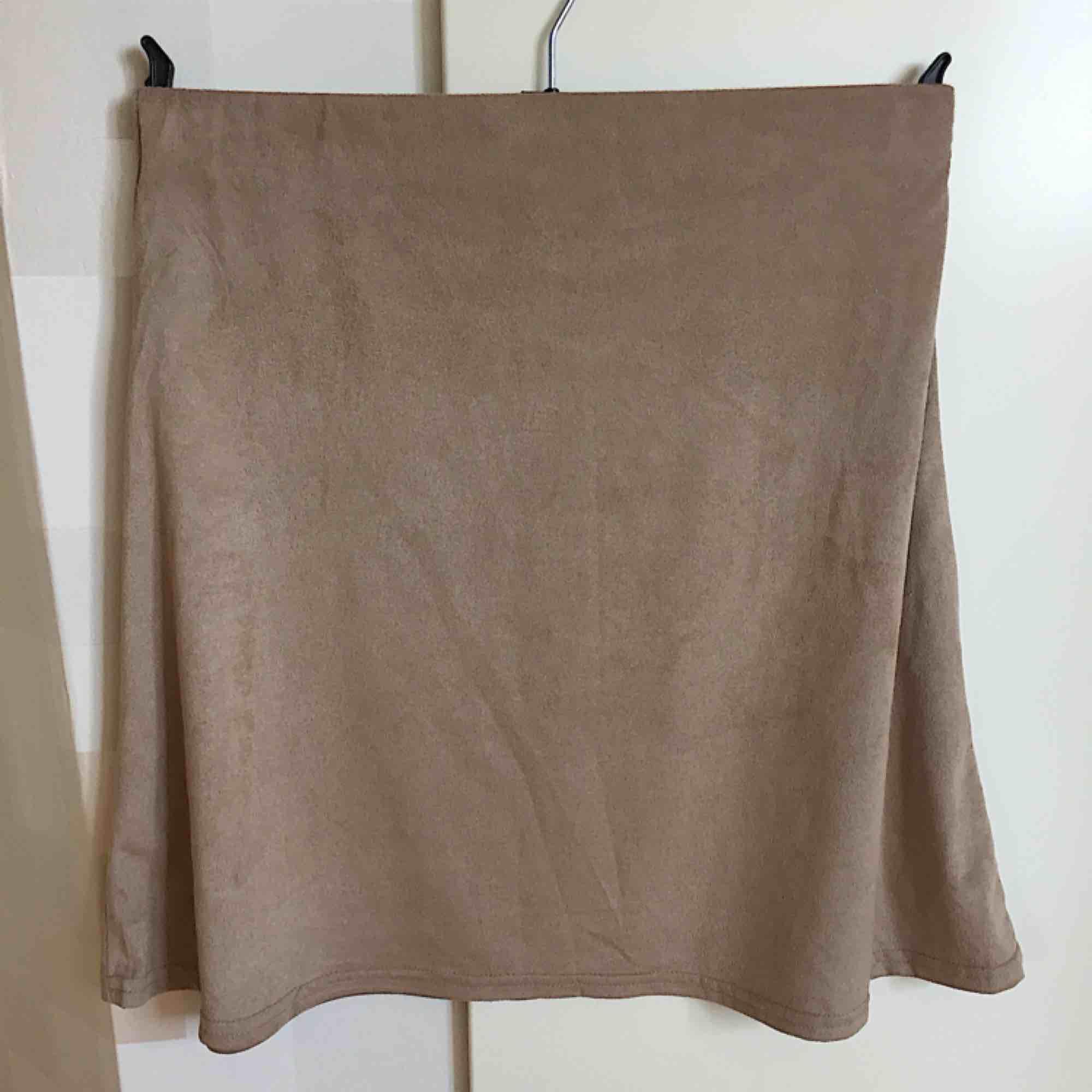 Snygg beige mockaimitation-kjol från NLY Trend. Säljer eftersom den används för lite. I bra skick och använd ca 1-2 gånger. Jag och köparen delar på frakt. :). Kjolar.