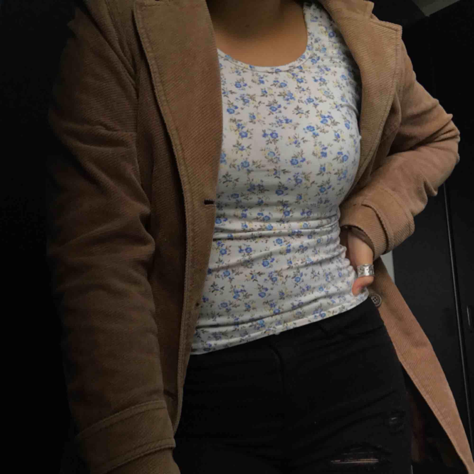 Jättefin blommig tröja från Bikbok, den är djup i ryggen, säljer då de inte är min stil längre. Toppar.