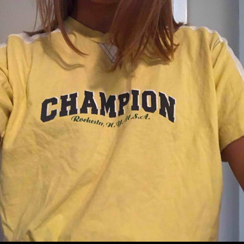 Gul Champion tröja  Står att det är storlek L 150/155 men skulle säga att det är som en vanlig S Köpare står för frakt☺️ . T-shirts.