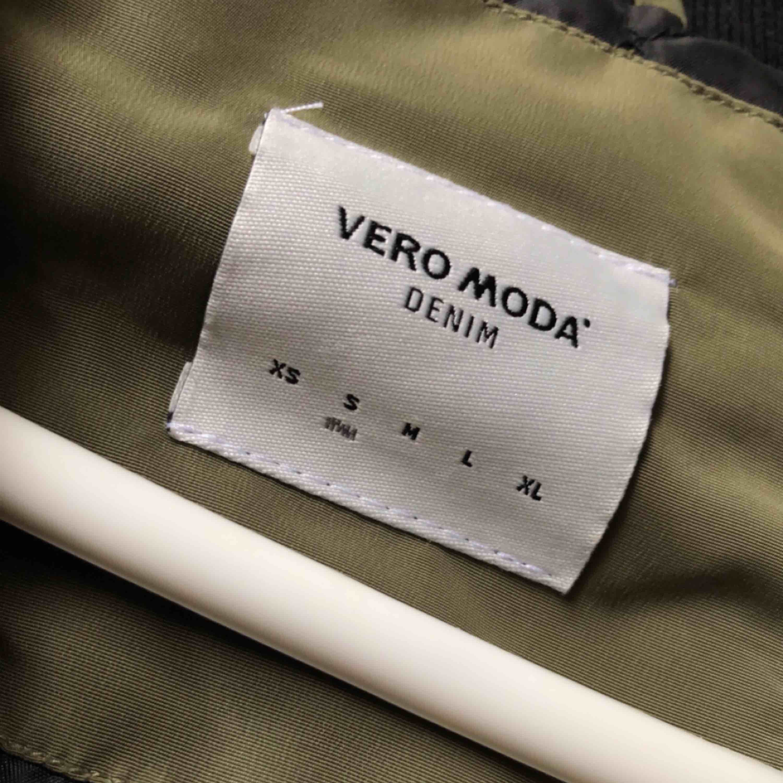 Super snygg grön bomberjacka från Vero Moda , säljer för 180 kr (ink frakt). Jackor.