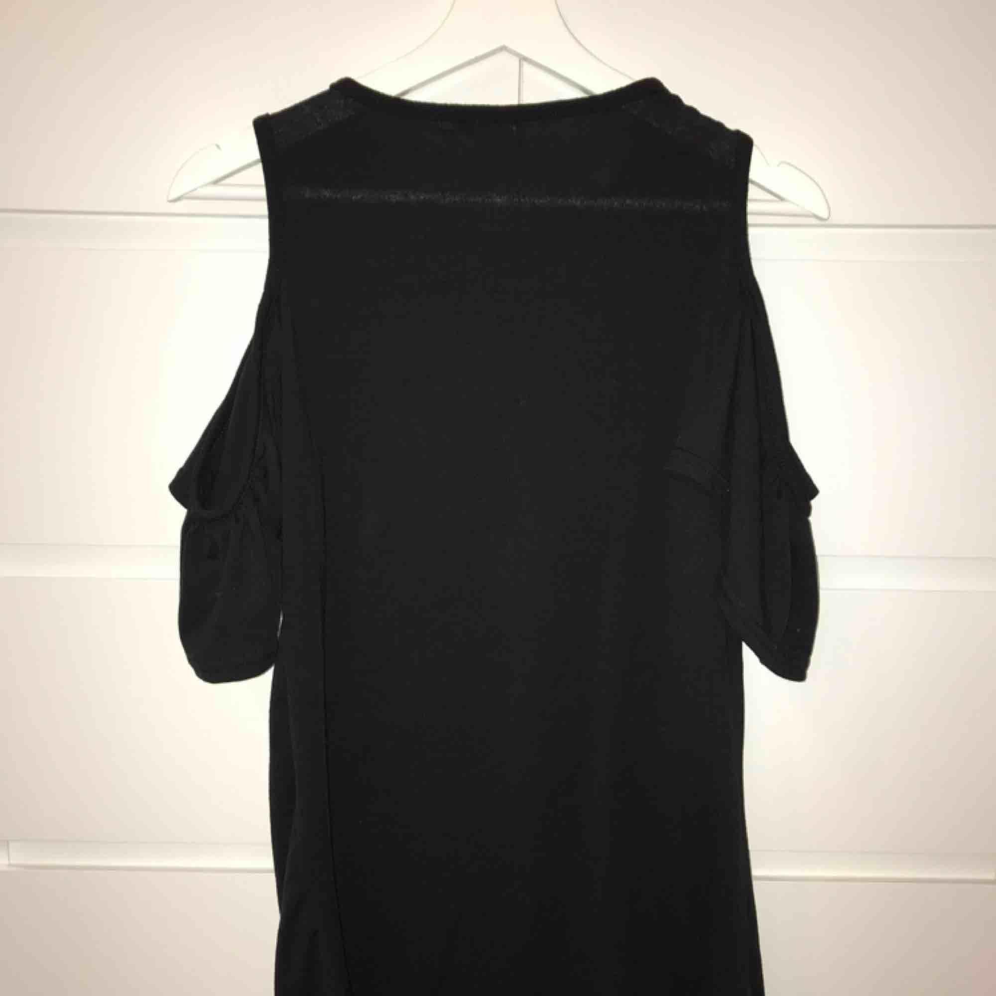 Klänning, vet ej vart ifrån. Använd fåtal gånger. Tar endast swish, köpare står för frakt.. Klänningar.