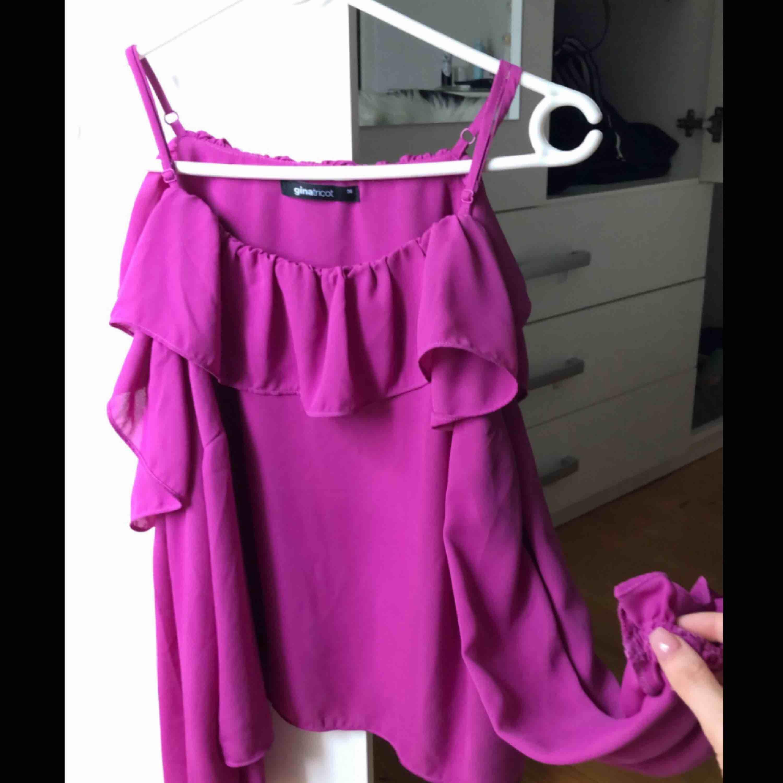 Super fin blus ifrån Gina tricot, använd 1 gång. Säljer för 150 kr (ink frakt). Blusar.