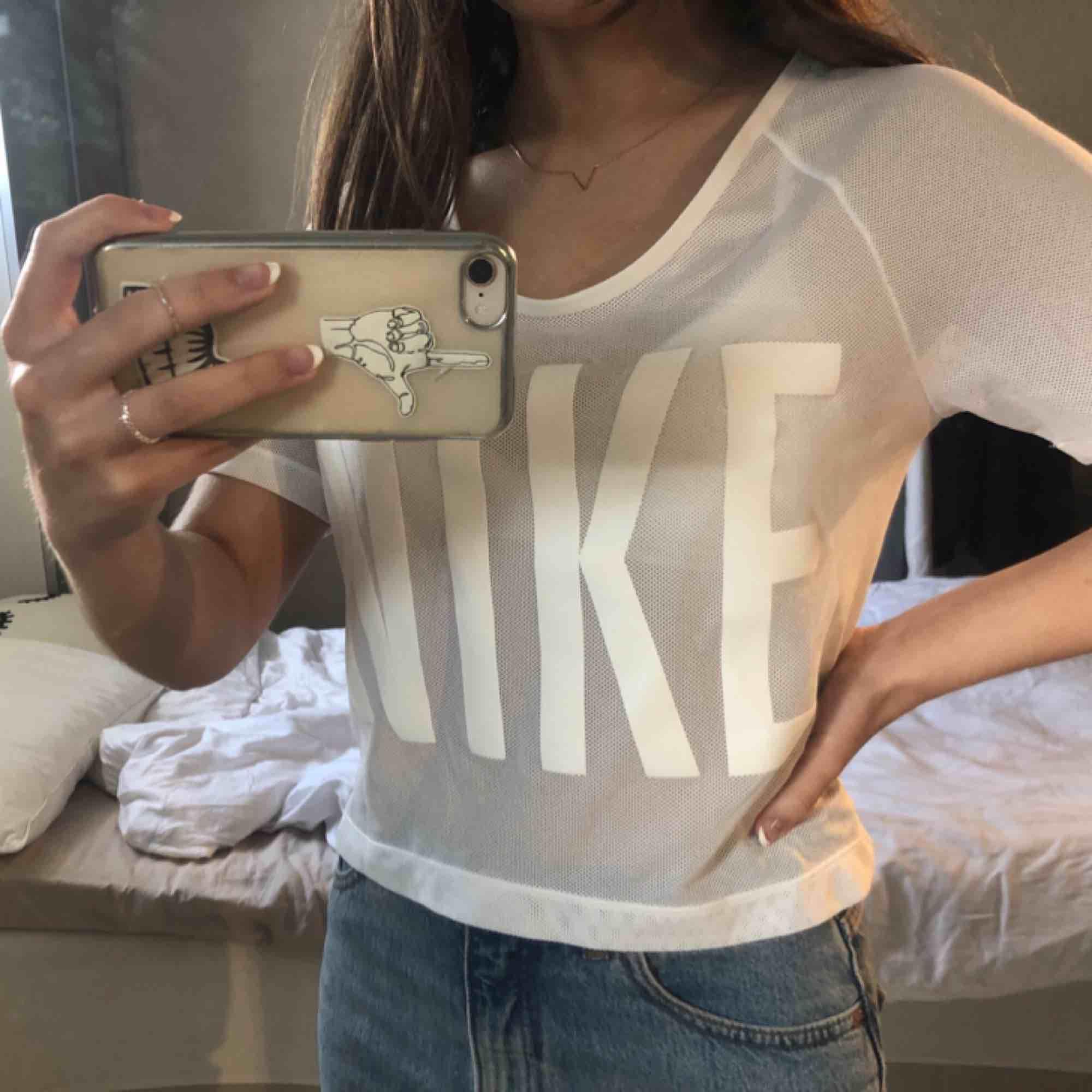 Knappt använd vit Nike T-shirt i typ mesh material💓frakt tillkommer. T-shirts.