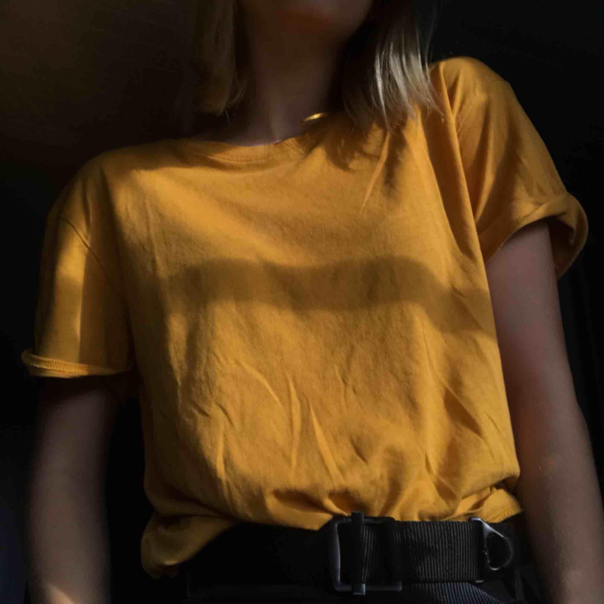 gullig senapsgul tshirt från weekday, köparen betalar för frakten! <3 (39kr). T-shirts.