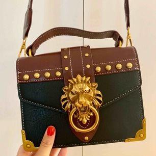 Väska köpt i marbella, tyvärr används den för sällan.  Möts i Stockholm, annars tillkommer frakt