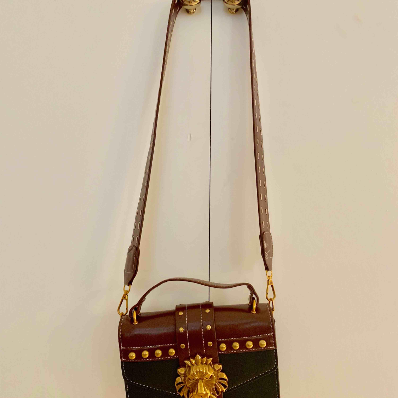 Väska köpt i marbella, tyvärr används den för sällan.  Möts i Stockholm, annars tillkommer frakt   . Väskor.