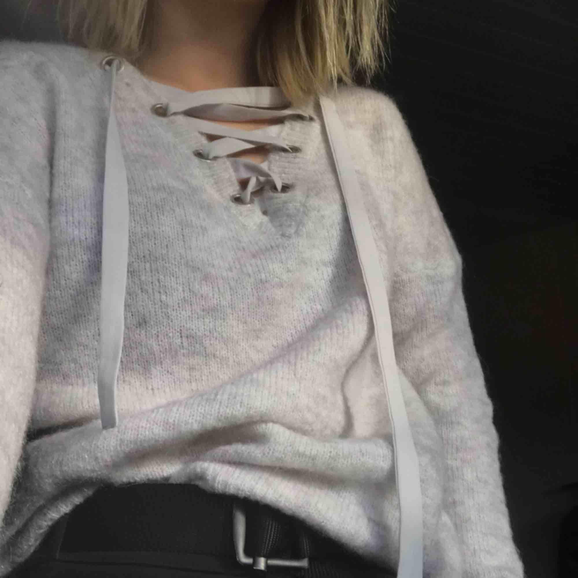 stickad tröja med snörning från only! aldrig använd, köparen betalar för frakten! <3. Stickat.