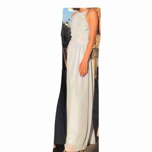 Superfin ljusblå långklänning. Jag hade den på min bal men den funkar självklart vid andra tillfällen också. Den är från H&M. Jag är ca 161 cm och den var perfekt längd till klackar (8 cm). Endast använd en kväll, gott skick!