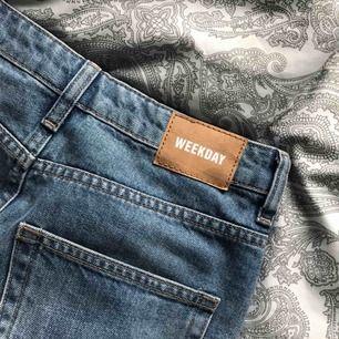 en vanlig jeanskjol ifrån weekday, jättefint skick men har blivit för liten för mig. Frakt 54kr.
