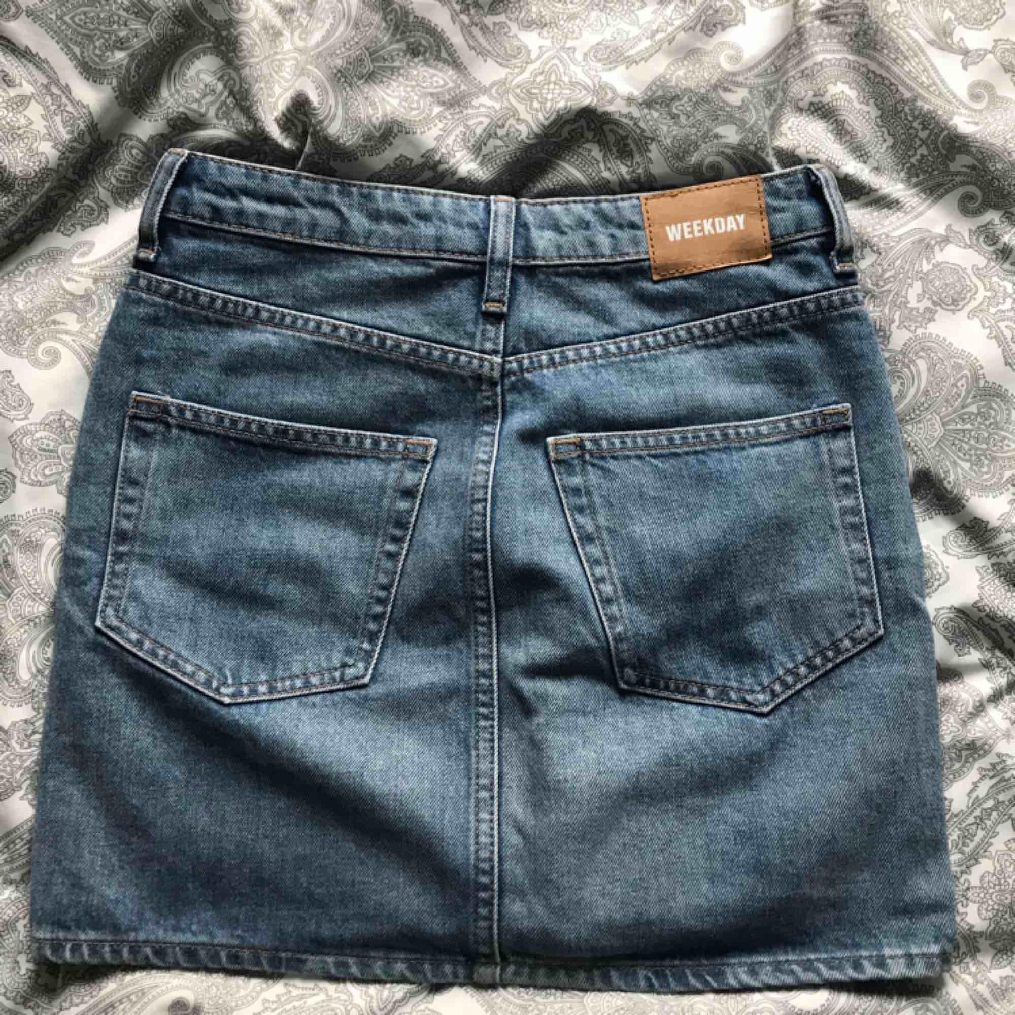en vanlig jeanskjol ifrån weekday, jättefint skick men har blivit för liten för mig. Frakt 54kr.. Kjolar.