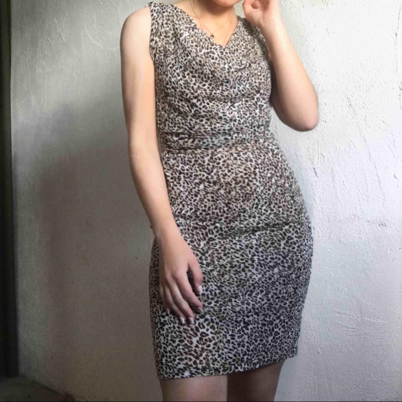 Jättesnygg leopardklänning från Esprit. Pris: 200kr + frakt💛. Klänningar.
