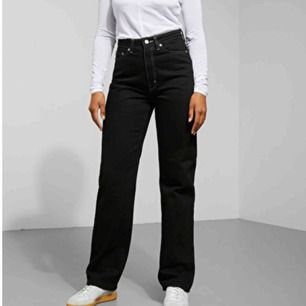 Säljer mina jeans från Weekday i modellen Row. Säljs då dem är förstora. Köpt för 1 vecka sedan. Kan mötas upp i Stockholm. Nypris: 500kr Frakt: 99kr  Vid snabbt köp blir priset billigare! ❤️